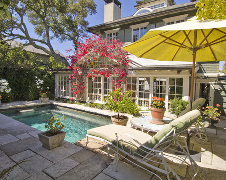 Маленький бассейн в загородном доме
