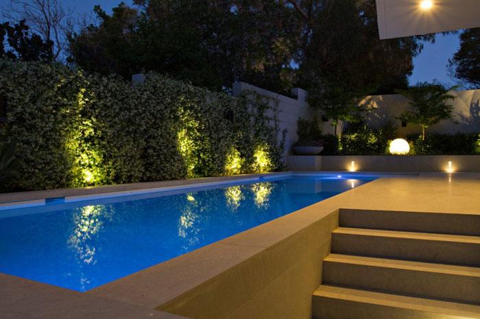Декоративная-подсветка-бассейна-загородного-дома