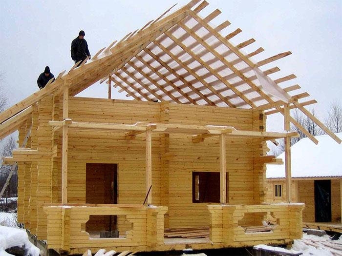 пятистенный жилой дом с двускатной крышей